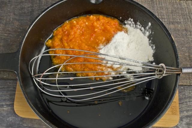 В сковороде обжариваем томатную пасту и муку
