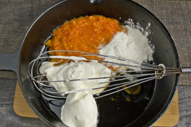 Добавляем сметану, перемешиваем и доводим соус до кипения