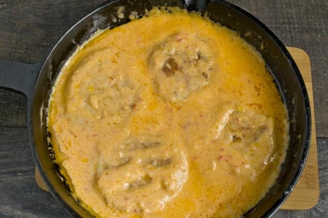 В соус выкладываем куриные биточки с кабачками