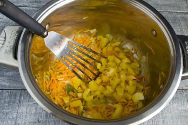 Добавляем к обжарке сладкий болгарский перец