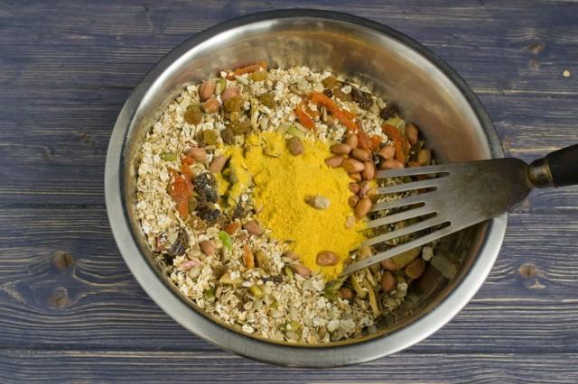 Добавляем обжаренный арахис, порошок из цедры апельсина и отправляем противень в духовку