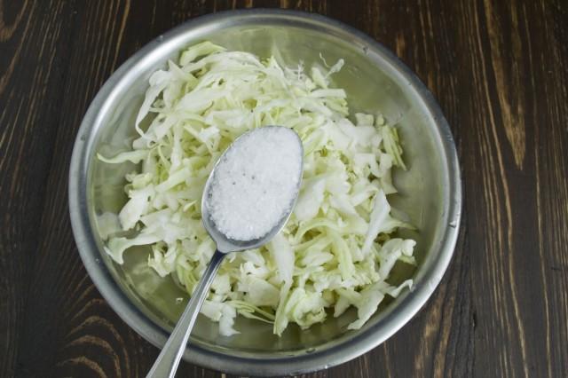Перетираем шинкованную белокочанную капусту с солью