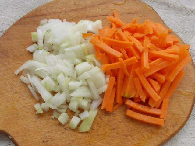 Очищаем и нарезаем морковь и репчатый лук