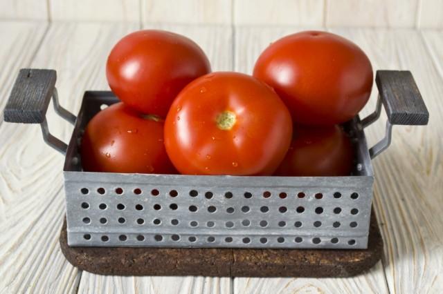 Моем и обсушиваем помидоры