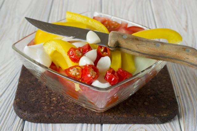Нарезаем острый перец чили и чеснок