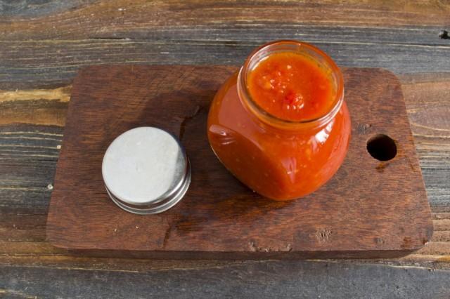 В стерилизованные банки выкладываем домашний томатный кетчуп чили