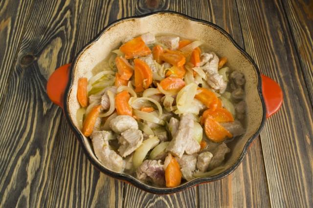 Добавляем обжаренные мясо и овощи в кипящую перловку