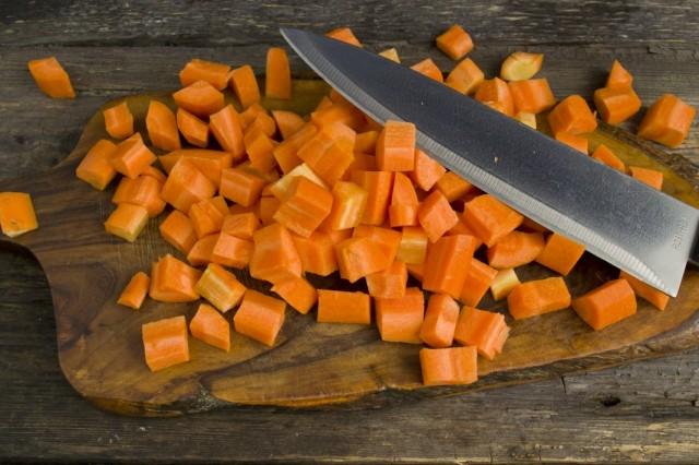 Очищаем и нарезаем морковь