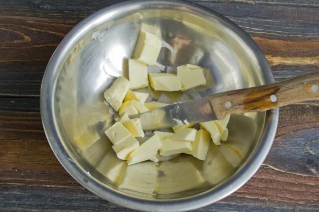 Нарезаем кусками сливочное масло
