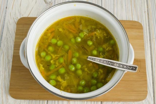 Доводим суп до кипения и варим на слабом огне 15 минут
