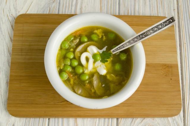 Куриный суп с зелёным горошком и грибами