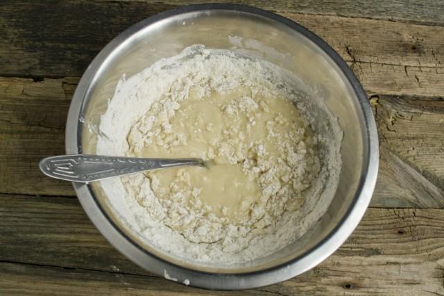 Смешиваем жидкие ингредиенты и муку с добавлением разрыхлителя и соды
