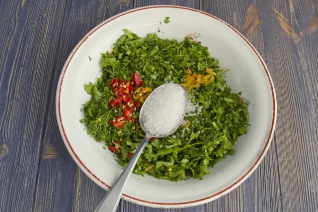 К нарубленной зелени и острому перцу добавляем крупную соль