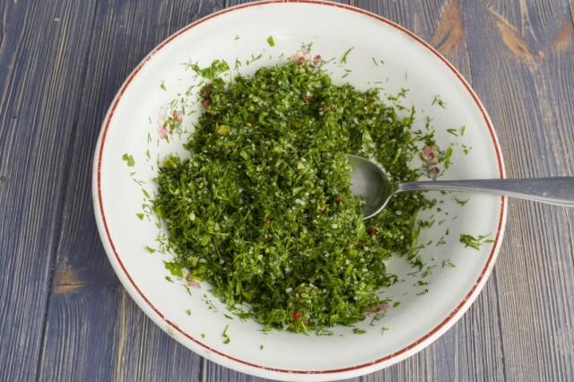 Перетираем зелень с солью
