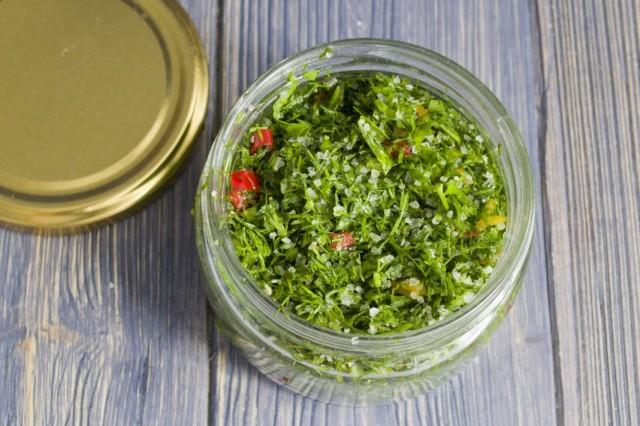 Раскладываем просоленную зелень в банки и убираем в холодильник