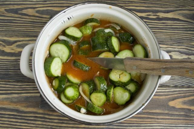 Доводим овощи до кипения в томатном соусе