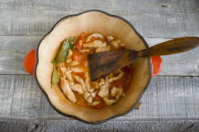 Добавляем в обжаренные с мясом овощи молотую паприку
