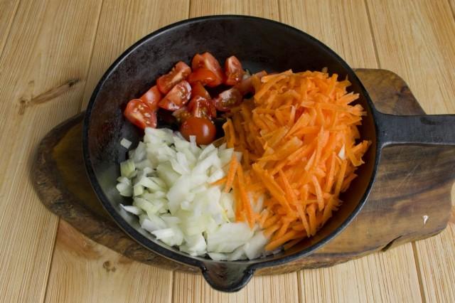 Тушим репчатый лук, морковь и помидоры