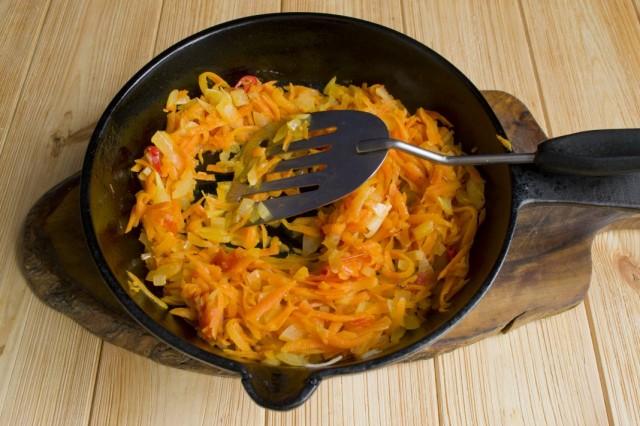 Когда овощи сварятся, добавляем тушеные с луком и морковью помидоры