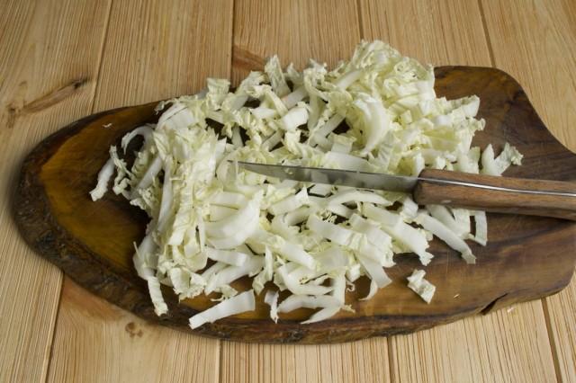 Шинкуем белокочанную капусту и добавляем в бульон