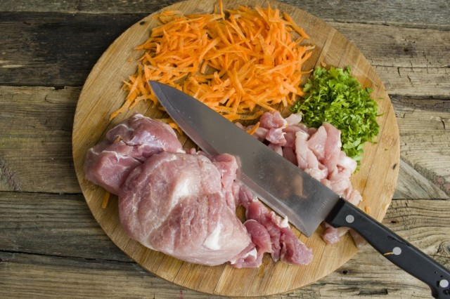 Нарезаем свинину и овощи