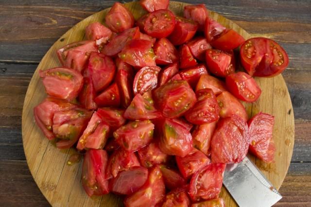 Моем и нарезаем помидоры