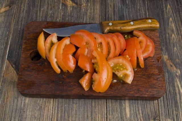 Нарезаем помидоры и добавляем к мясу с луком