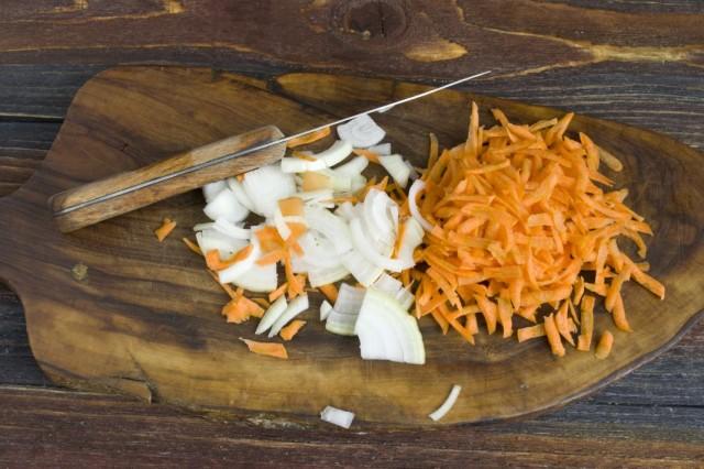 Режем и пассеруем репчатый лук и морковь