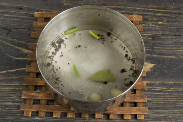 Сливаем воду из банок в кастрюлю, добавляем специи. Кипятим и добавляем уксус