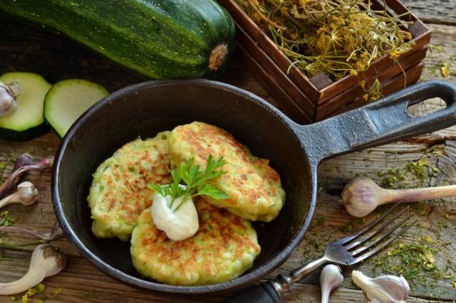 Вкусные оладьи из кабачков с сыром и чесноком
