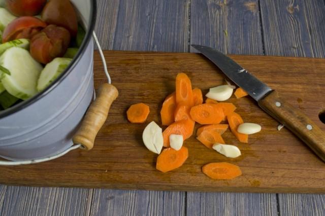 Очищаем и нарезаем чеснок и морковь