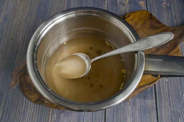 Наливаем в сотейник воду из банки и кипятим маринад 2-3 минуты