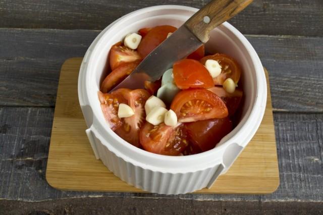 Добавляем в чашу помидоры и чеснок