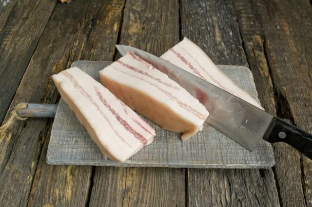 Нарезаем свиную грудинку полосками по 4 см