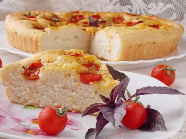 Фокачча с помидорами черри и базиликом