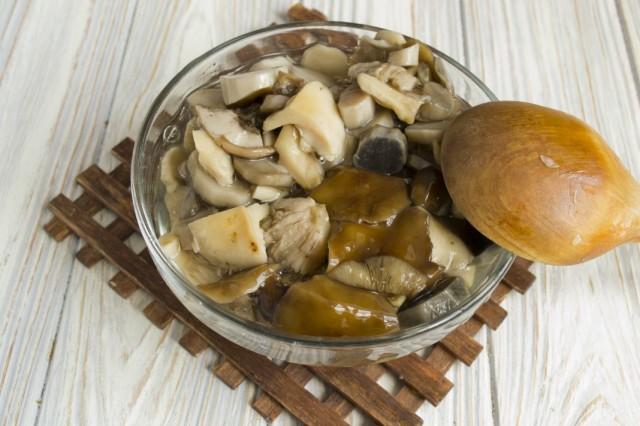 Промываем и нарезаем грибы