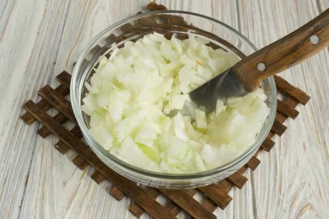 В кастрюле разогреваем растительное и сливочное масла и обжариваем репчатый лук
