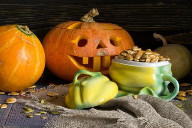 Сушеные тыквенные семечки и светильник Джек на Хэллоуин