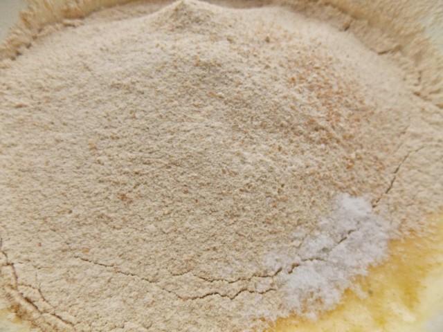 Просеиваем полбяную муку с разрыхлителем и содой. Замешиваем тесто