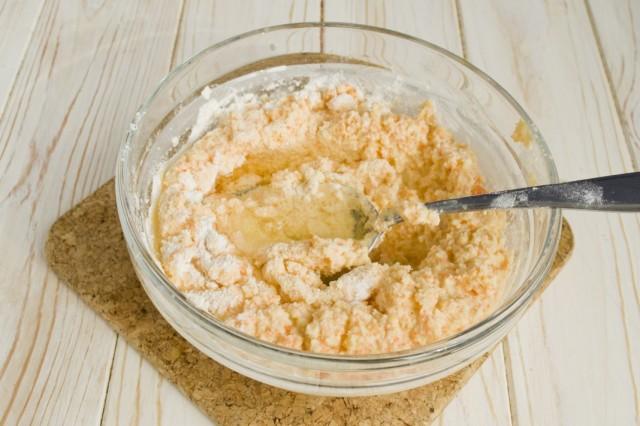 В миске замешиваем тесто для оладий из цветной капусты, с добавлением растительного масла