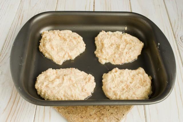Смазываем противень растительным маслом и выкладываем ложкой тесто для оладий