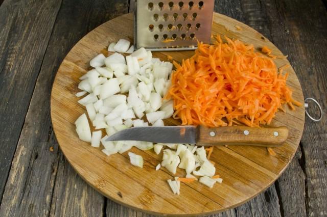 Обжариваем нарезанный репчатый лук и натёртую морковь
