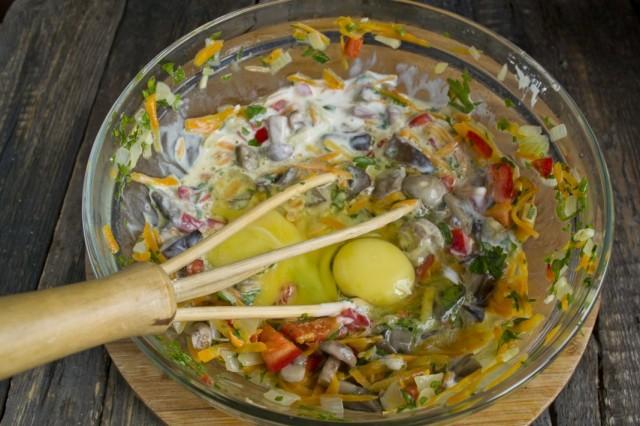 Добавляем яйцо и кефир, тщательно перемешиваем