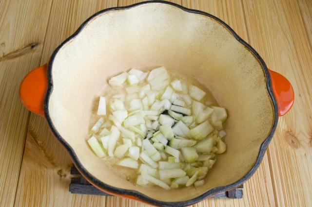 В жаровне с разогретым маслом обжариваем репчатый лук