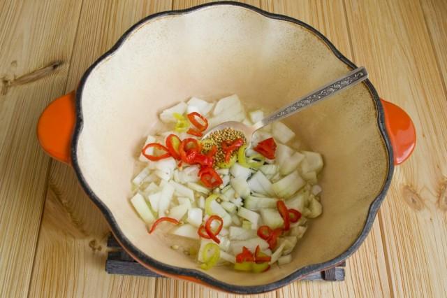 Добавляем к обжариванию перец чили и чеснок