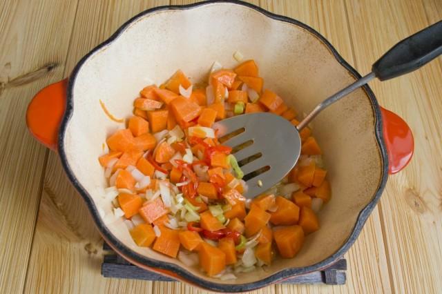 Добавляем в жаровню нарезанную морковь