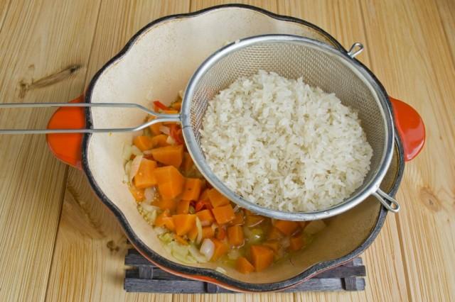 Обжариваем с овощами промытый белый рис
