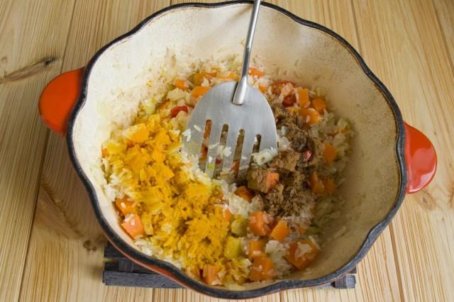 Добавляем корицу и куркуму, солим и заливаем холодной водой