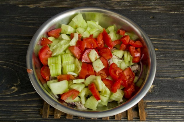 Нарезаем спелые помидоры