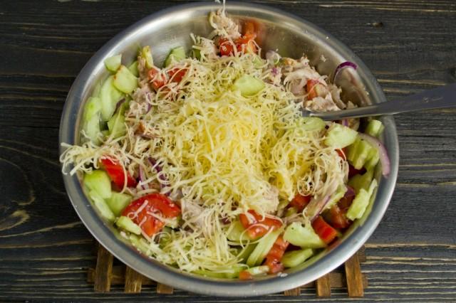 Натираем сыр, добавляем оливковое масло и солим заправку для роллов